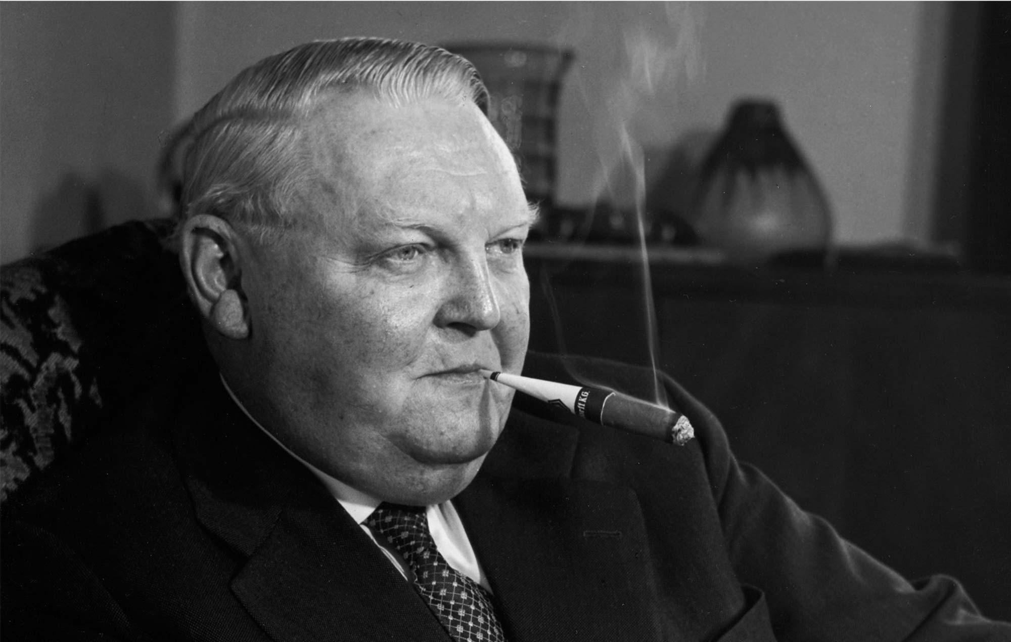 Ludwig Erhard raucht eine Zigarre von Handelsgold